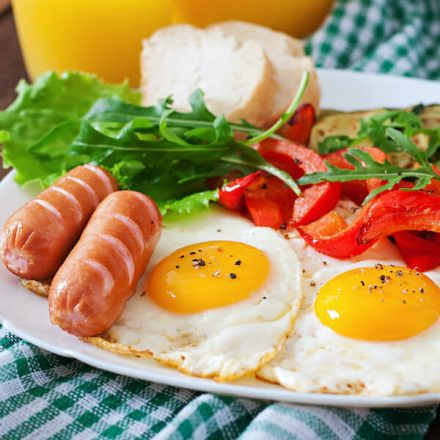 english-breakfast-fried-eggs-sausages-zucchini-sweet-peppers